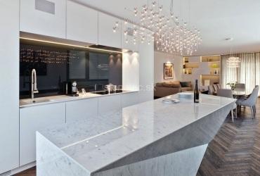 Kuchynský ostrovček z bieleho mramoru