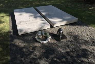 Dvojhrob z bielej žuly v Ondrejskom cintoríne