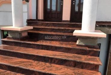 Exteriérové schody z prírodného červeného kameňa